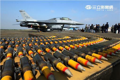 我國F-16A/B戰機成功升級為F-16V,搭載的武器也跟著提升,可以說是目前戰力最強大的F-16戰機, F-16戰機是一架單發動機,多重任務戰術飛機,配備有內建的M61火神式機砲,可裝空射式魚叉飛彈、小牛飛彈、先進中程空對空飛彈、響尾蛇飛彈等等,對加強台灣空防能力大有幫助。(記者邱榮吉/攝影)