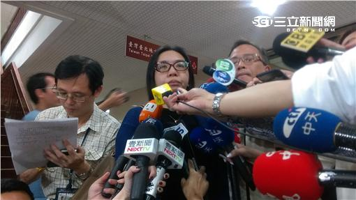 薛母及妻子接受媒體訪問。(楊忠翰攝)