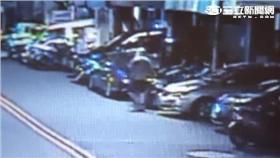 戴姓少年沿永平街連踹27輛機車(翻攝畫面)