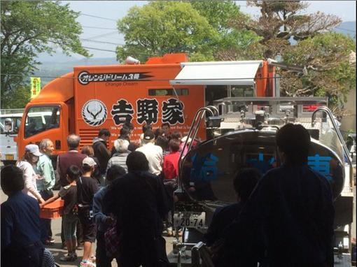 ▲日本連鎖餐飲店挺進熊本災區。(圖/翻攝自gnskkul twitter)https://twitter.com/gnskkul