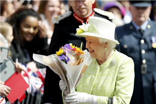 伊莉莎白女王90歲大壽,開心接下民眾鮮花。(圖/美聯社/達志影像)