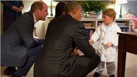 歐巴馬出訪英國,與皇室合影 翻攝自每日郵報 http://www.dailymail.co.uk/news/article-3554403/Now-s-party-time-controversial-intervention-Brexit-debate-Barack-Obama-Lady-Michelle-greeted-William-Kate-Harry-informal-Kensington-Palace-dinner.html