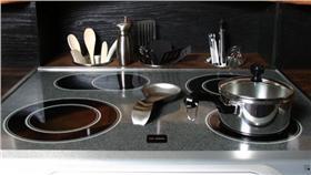 整潔廚房(麵粉有清理油汙的作用) 翻攝自kitchens.com http://www.kitchens.com/