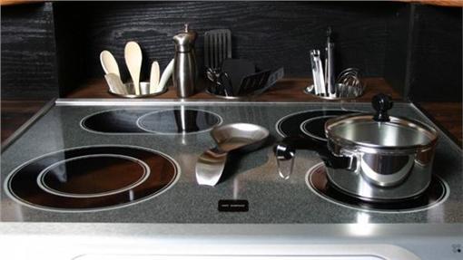 整潔廚房(麵粉有清理油汙的作用)翻攝自kitchens.comhttp://www.kitchens.com/