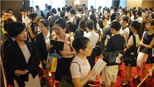 ED新航台灣招考空服員  千人應徵(1)新加坡航空23日上午在台北萬怡酒店舉行空服員招考,因月薪至少新台幣10萬元以上,有超過1千名年輕男女前來爭取機會。中央社記者王飛華攝  105年4月23日