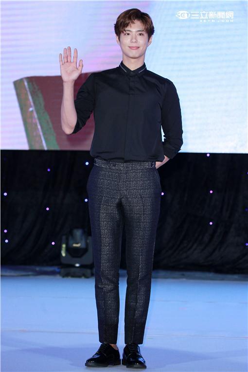 韓星朴寶劍來台會粉絲,示範芭蕾舞基本動作。(記者邱榮吉/攝影)