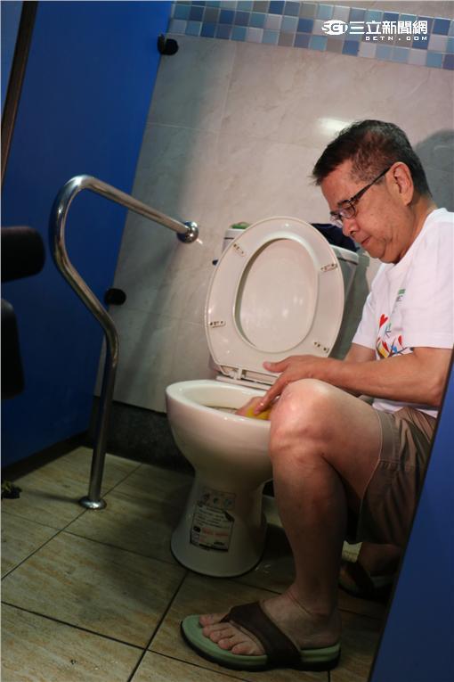 ▲成功從彎腰做起!全聯林敏雄、徐重仁掃廁所(圖/台灣美化協會)
