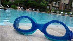 泳鏡-EvelynGiggles-https://www.flickr.com/photos/evelynishere/6625820635/