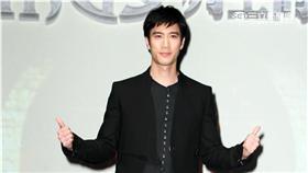 王力宏、許瑋甯在電玩廣告中化身為帥氣國王及美麗皇后。(記者邱榮吉/攝影)