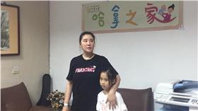 胡小禎到哈拿之家探訪棄養兒。(圖/翻攝自小禎胡臉書)