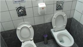 到底要不要坐在馬桶上廁所(圖/攝影者Leonora (Ellie) Enking, flickr CC License)