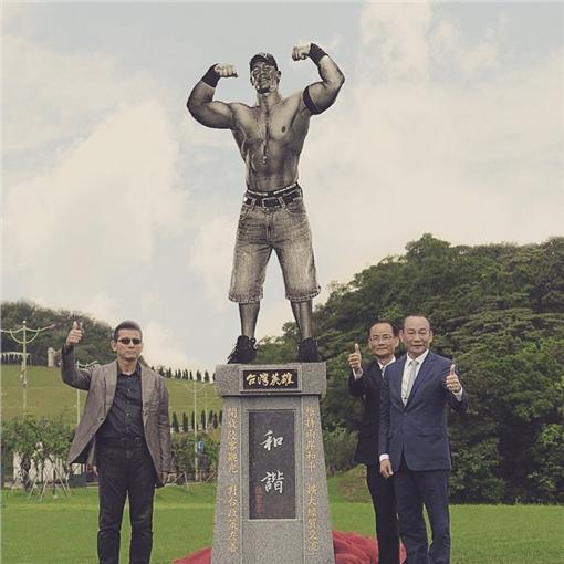 台灣英雄碑John Cena (圖/翻攝自廖阿尼臉書)