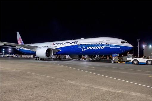 華航最後一架波音777新機,紅梅之外結合波音藍鯨彩繪。(圖/波音提供)