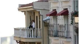 土耳其,伊斯坦堡,銀行,搶劫,搶案(圖/翻攝自Hurriyet Daily News) http://www.hurriyetdailynews.com/man-robs-istanbul-bank-scatters-money-from-top-floor-balcony.aspx?pageID=238&nid=98452