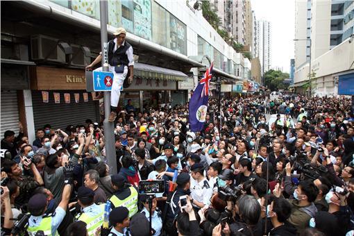 2015年3月在元朗發起遊行,反對水貨客及自由行旅,影響區內居民生活,要求取消一簽多行翻攝自YouTubehttps://www.youtube.com/watch?v=MFx-k-WvhSY