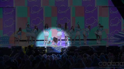 雨天表演台上積水 韓女團慘摔9次
