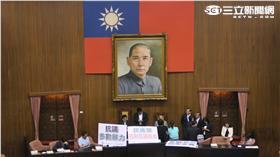 國民黨立委霸占主席台。記者盧素梅攝