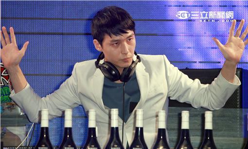 創作系才子嚴爵化身電幻DJ,電音派對引爆音浪。(記者邱榮吉/攝影)(喝酒不開車)