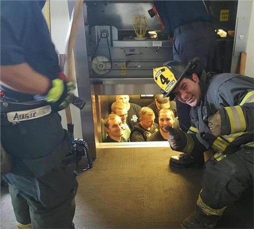 消防隊員救警察。(圖/翻攝自Gregg Favre推特)