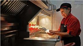 麥當勞阿嬤級員工 92歲照樣炸薯條  圖/新加坡「海峽時報」官網