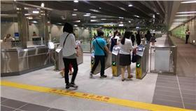 台北捷運公司今(4)日表示,為維護大家乘車權益及公平正義使用者付費原則,北捷各車站持續稽查並取締蓄意尾隨其他旅客進站逃票及冒用敬老愛心卡等違規行為