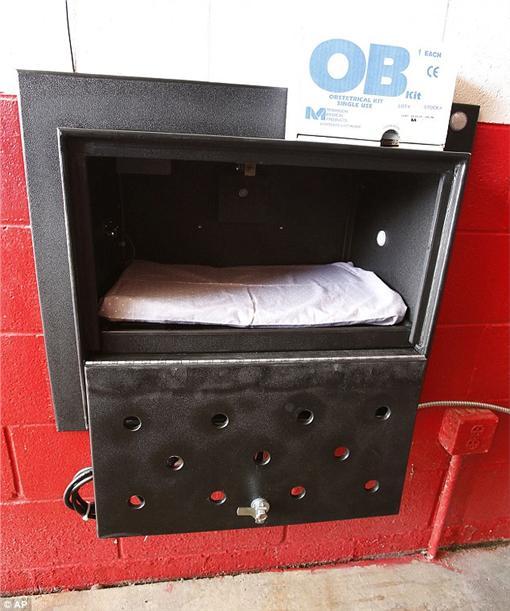 嬰兒安全收容箱,http://www.dailymail.co.uk/news/article-3572852/Indiana-state-introduce-baby-drop-boxes-allow-mothers-leave-unwanted-newborns-safety.html