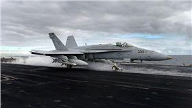航空母艦,F-18(圖/翻攝自維基百科) https://zh.wikipedia.org/wiki/F/A-18%E9%BB%83%E8%9C%82%E5%BC%8F%E6%88%B0%E9%AC%A5%E6%94%BB%E6%93%8A%E6%A9%9F#/media/File:FA-18C_launch_from_CVN-74.jpg