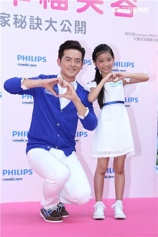 宥勝與童星喬喬出席電動牙刷品牌活動,示範正確刷牙方式維護口齒健康
