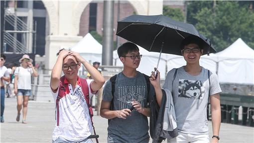 WE天熱 撐傘遮陽7日、8日兩天歡度母親節,中央氣象局預報各地陽光普照,台北市7日白天氣溫偏高,連男生在烈日下都忍不住撐傘遮陽。中央社記者謝佳璋攝 105年5月7日