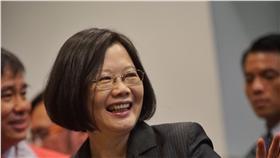 PD 蔡英文祝大家母親節快樂 總統當選人蔡英文(中)7日在台北出席「藥師公會全 聯會第十二屆會員代表大會」後,高聲祝福現場媒體「 母親節快樂」。 中央社記者王飛華攝 105年5月7日