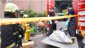 JD 台大物理實驗室氣體外洩(2) 台灣大學物理系實驗室7日下午冒濃煙,台北市消防局 獲報後派出派21輛車共63名消防員到場。警消調查,疑 因作實驗時混合氣體外洩,現場未起火,初步證實,實 驗室內有3種氣體,包含氟、氦、氪,目前無法確認何 種氣體外洩。 中央社記者吳翊寧攝 105年5月7日