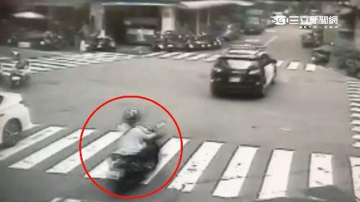 """尾隨警車過""""無號誌""""路口 婦遭撞飛摔斷腿"""