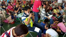 LG 澎近500人同為媽媽洗腳(2) 8日母親節,澎湖石泉國小體育場館內有一場近200組、 近500位子女一起為辛苦的阿嬤或媽媽洗腳按摩,連爸 爸也來湊一腳,場面盛大、溫馨感人,以行動表達對父 母感恩之情,同時也增進親子互動。 中央社澎湖傳真  105年5月8日