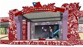 PD 總統就職大會主舞台設計(1) 總統副總統就職慶祝大會主舞台設計8日曝光,紅色主 色調代表喜慶;核心創意來自「建醮」意象;手繪版畫 融入台灣黑熊、媽祖、三太子等庶民元素,代表這是人 民的舞台。 (第14任總統副總統就職相關活動籌備委員會提供) 中央社 105年5月8日