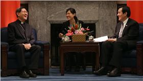 PD 總統接見菲樞機主教(2) 總統馬英九(右)8日在總統府接見接見國際明愛會主 席、菲律賓馬尼拉塔格萊(Luis Antonio Tagle)樞機 主教(左),歡迎他來台訪問。 中央社記者裴禛攝 105年5月8日