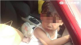 男童遭母親反鎖車內(翻攝畫面)