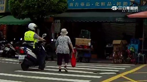 車多嬤不敢過馬路 員警霸氣擋車隨行