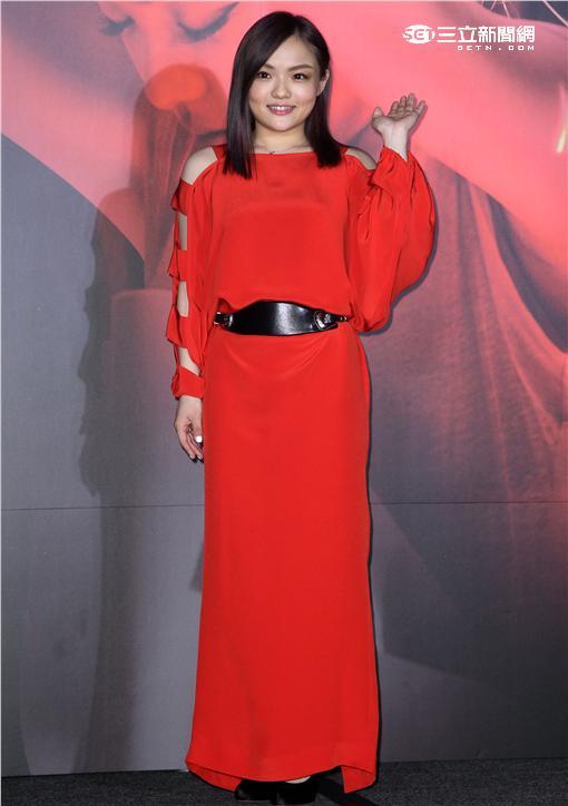 徐佳瑩再次登上小巨蛋「日全蝕」演唱會,公司特別贈送台北冰島來回機票及可以隨時陪他在身邊的「弟寶」,為她加油打氣。(記者邱榮吉/攝影)
