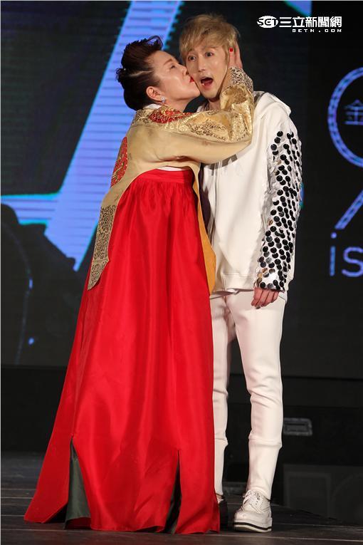 韓星RK金承熙來台宣傳個人專輯,有韓國小姐頭銜的媽媽身穿韓服優雅現身,還表演一段舞蹈。(記者邱榮吉/攝影)