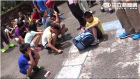 小學生在操場躲地震