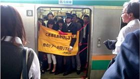▲電車故障掛布幕。(圖/翻攝自《朝日新聞》中文網) http://asahichinese.com/article/news/AJ201605120016