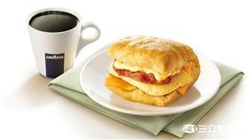 ▲肯德基今(12)日宣布推出 「煙燻培根起司比司吉」早餐新作,要以雙口感濃郁起司X Lavazza好咖啡來喚醒消費者一天活力!(圖/KFC)