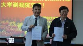 南榮科技大學校長黃聰亮(左)。(圖/取自南榮科技大學網站)