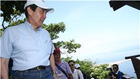 總統馬英九(左)13日訪宜蘭龜山島,談到媒體報導漁船在沖之鳥礁作業比往常快3天滿載時表示,感到欣慰,不應該容許非法占有公海的國家繼續非法下去。中央社記者鄭傑文攝 105年5月13日