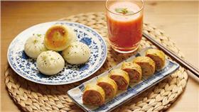 厚蛋燒,也叫玉子燒,就是日本的煎蛋捲。早餐吃雞蛋,總是煎蛋、白煮蛋,難免會厭煩,煎成蛋捲試試吧,好看又好吃!加了胡蘿蔔,營養也更加分喲。