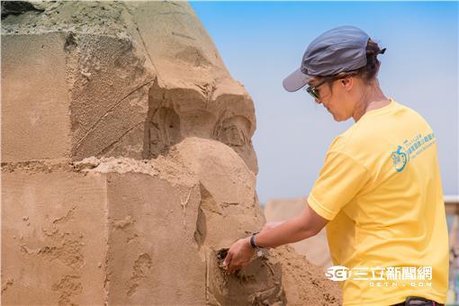 沙雕其實不怕水,除了製作過程都有噴上環保膠之外,金沙特性則是水越多越緊實,加上沙雕師隨時修補,讓民眾在展期間都能欣賞最完整的沙雕