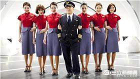 ▲脫拉庫唱華航A350帶你飛翔 空姐大跳飛機舞(圖/華航)