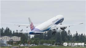 影/全球第一架!華航與波音聯名777彩繪機正式交機