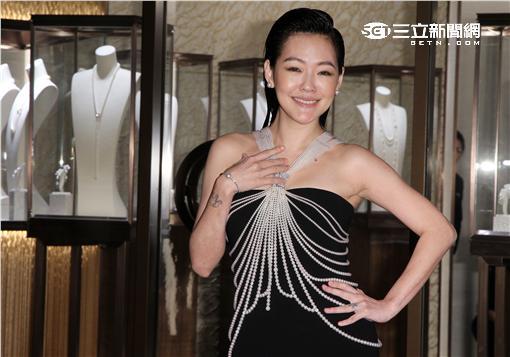 小S穿著千萬珍珠項鍊裝,展現誘人的身材,為珠寶店剪綵。(記者邱榮吉/攝影)