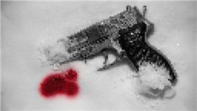 槍,血,雪(圖/攝影者Dennis Skley, Flickr CC License) https://www.flickr.com/photos/dskley/6503683287/in/photolist-aUH5st-bEFTAB-9LijSB-aCTHH3-bxKWH-9KUHzV-4M7mpw-64St9u-5oiYHH-axHsv3-5SnAuf-68uvVD-5UU8UL-jb5Ui-5WoVQy-pJHGr5-65KrJd-68uPJ2-9moxrU-9Lm6rU-7xrK4e-aC8M5h-L62zm-5HyTCN-8k2xQh-9eufbM-boN3eq-agNuMy-eVf3Un-9Lm5Ej-5Y2AkG-pripqq-7JMg3q-mwDspo-gwmFi5-qbj3Ar-gwm16W-brBQLd-brBY9U-3Szag-5SihnX-brBLiA-8hMz4-cBx37u-dQxXT2-dQxZkz-4WWUPG-z6NLi-rscRD-qQFPGc